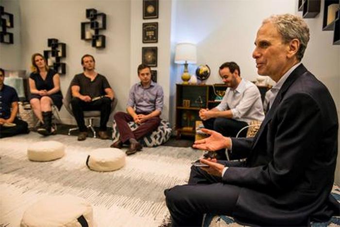Bob Roth, dans la salle de méditation du Huffington Post, expliquant aux rédacteurs les fondements de la technique de MT. (©globalgoodnews.com)