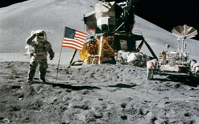 Apollo15 Irwin salue le drapeau crédit Wikipedia